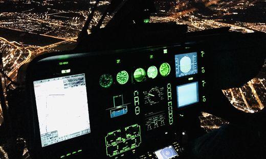 Mit ausgeschalteten Lichtern wird der Hubschrauber vom Boden aus nahezu unsichtbar