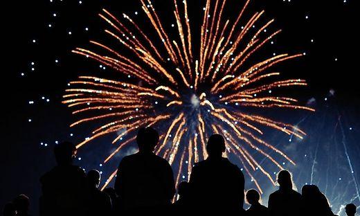 Menschen beobachten Feuerwerk