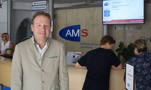 """Robert Kalbschedl, hier im Empfangsbereich des AMS Judenburg. Bildung ist ihm ein besonderes Anliegen: """"Ich habe oft genug gesehen, wie lange und verzweifelt Menschen Jobs gesucht haben, weil sie zu wenig ausgebildet waren"""""""