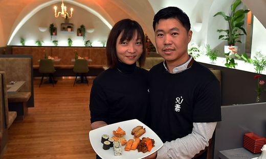 Jun Zhao und Chaowei Wu (von links) mit einer Auswahl vom Mittagsbuffet