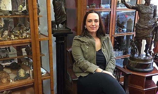 Aida Beckovic sperrt in der Sparbersbachgasse ein Second-Hand-Geschäft auf