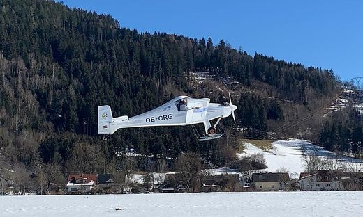 """Mit seinem selbst gebauten Flugzeug, der MC 30 """"Luciole"""", hob Rainer Gaggl am Montag in Feldkirchen ab, Faak amSee, Notlandung in Klagenfurt, Pilot, Skier, Motorflieger"""