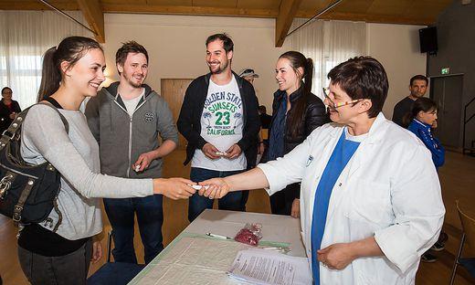 Krankenschwester Erika Stockinger nahm die Wangenabstriche entgegen.