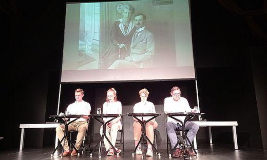 Auf der Bühne gaben Irene Faber, Melina Schuster, Gregor Waltl und Daniel Schuster dem Publikum teils dramatische Einblicke in die Ereignisse der 1930er Jahre
