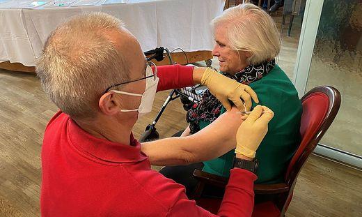 Isolde Mayer (76) bekommt die erste Dosis der Covid-Impfung injiziert