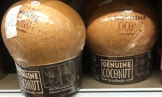 Neu im Regal: Kokosnuss in Plastik, mit eingefräster Trinklasche und Strohhalm.
