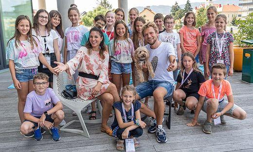 Abrakadabra, Simsalabim! Die Magier Amélie van Tass und Thommy Ten mit den Kinderreportern der zweiten Camp-Woche