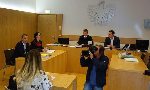 Die verurteilte Täterin am Beginn der Verhandlung. Auch eine deutsche TV-Station ist beim Prozess dabei
