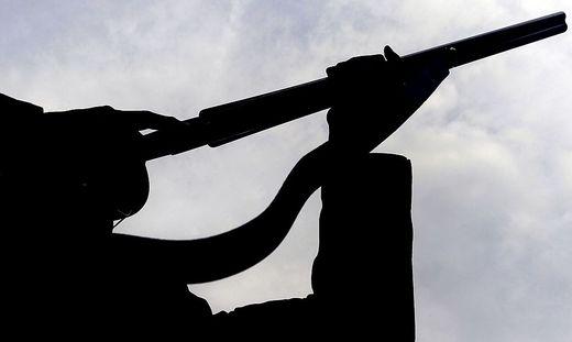Der Mann wollte das Luftdruckgewehr in der Wohnung seiner Freundin einem Freund zeigen (Symbolfoto)