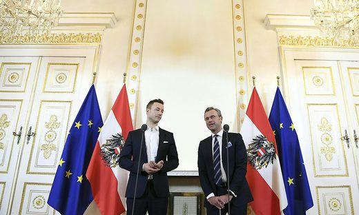 """Die Minister Gernot Blümel (ÖVP) und Norbert Hofer (FPÖ) präsentieren die """"perfekte"""" (Hofer) Lösung."""