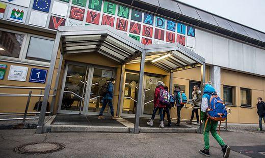 Die Schüler des Alpen-Adria-Gymnasiums freuen sich über Herbstferien
