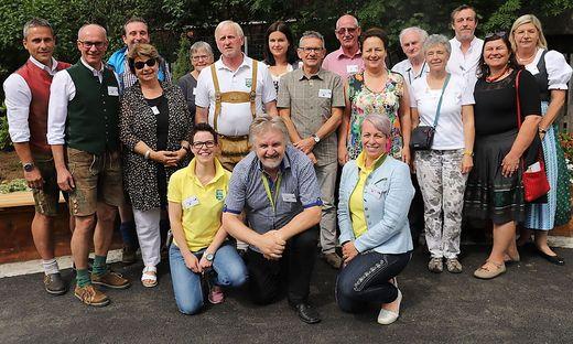 Die Juroren gemeinsam mit Gemeindevertretern bei einem Festakt auf dem Dorfplatz in Pusterwald