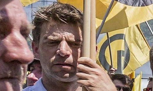 Dieses Foto soll Heinrich Sickl inmitten einer Identitären-Kundgebung zeigen