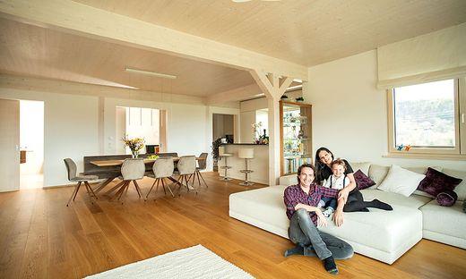 Maria-Anna Pöschl mit ihrer Familie im neuen Eigenheim