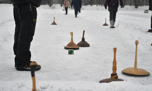 Nach einem Eisstockturnier im Bezirk St. Veit wurde im Gemeinschaftshaus gefeiert - ohne Mund-Nasen-Schutz und ohne Abstand (Symbolfoto)