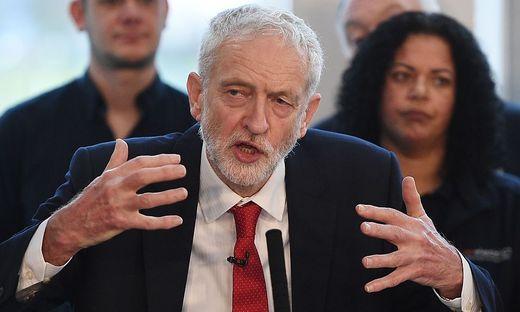 Misstrauensvotum in Großbritannien - Theresa May übersteht Misstrauensabstimmung im Unterhaus