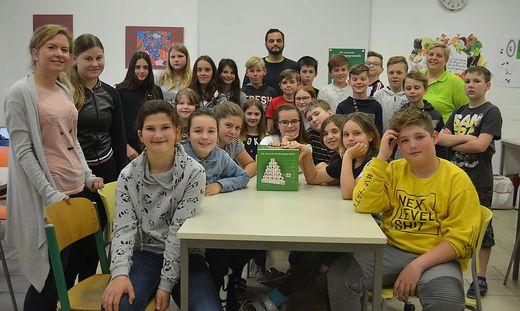 Die 25 Kinder der 1c-Klasse der NMS Gerlitz mit ihren Lehrern und Seminarbäuerin Michaela Mauerhofer (rechts)