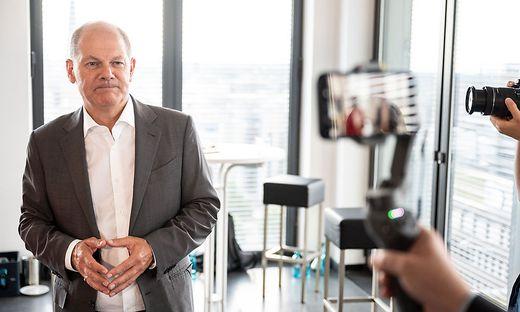 Vor einer kleinen Provokation scheut er nicht zurück: Olaf Scholz macht auf Merkel – mit deren