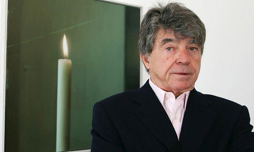 """Frieder Burda auf einem Archivbild aus dem Jahr 2005 vor dem Bild """"Kerze"""" von Gerhard Richter"""
