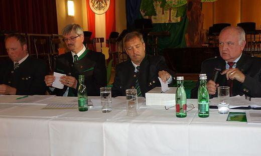 Schirnhofer (2. von rechts) ist wieder Bürgermeister, Pfeifer (3. von rechts) sein Vize