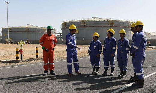 INDIA-ECONOMY-ENERGY-OIL