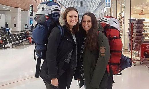 Laura Petscharnig und Saskia Schädl (links) am Flughafen in Venedig