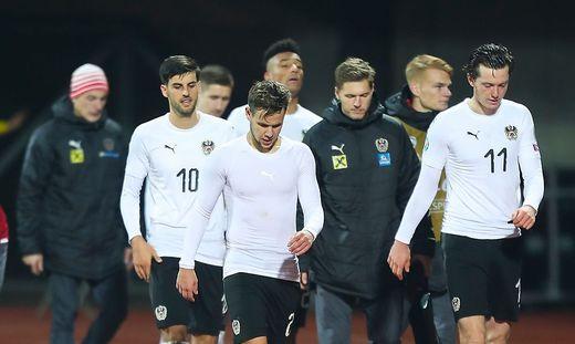 Die ÖFB-Spieler verlassen mit hängenden Köpfen das Stadion in Riga