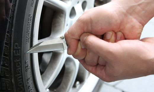 Der Täter zerschnitt zwei Reifen (Sujetbild)