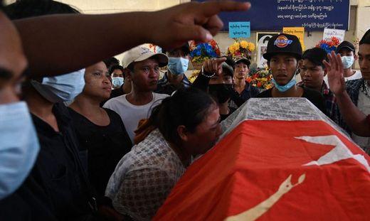 Die Mutter eines von den Sicherheitskräften bei den Protesten erschossenen Teenagers steht weinend am Sarg ihres Sohnes
