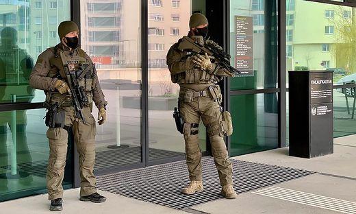 Cobra-Beamte bewachen das Landesgericht Korneuburg