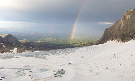 Der Gletscher schmilzt in der Juli-Sonne.