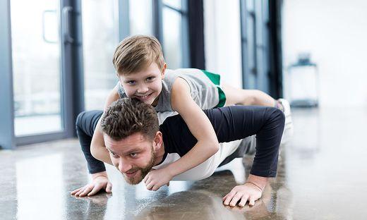Junge und Betreuer trainieren