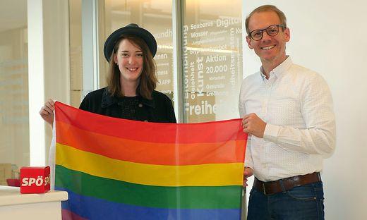 Anna-Maria Schuster und Andreas Sucher mit der Regenbogenfahne