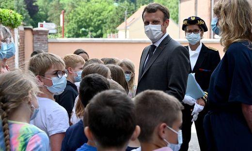 Macron beim Besuch der  Grundschule in Poix-de-Picardie