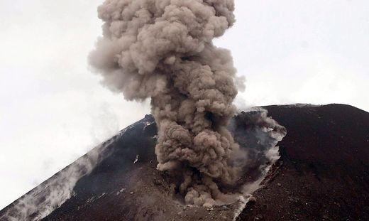 Angst vor erneutem Ausbruch: Der Vulkan Anak Krakatau stößt wieder Rauch aus