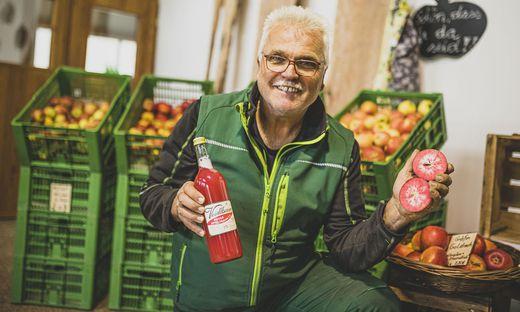 Hans Innerhofer verkauft auf seinem Hof zahlreiche Apfelsorten – eine davon: Baya Marisa, eine besonders rote Sorte