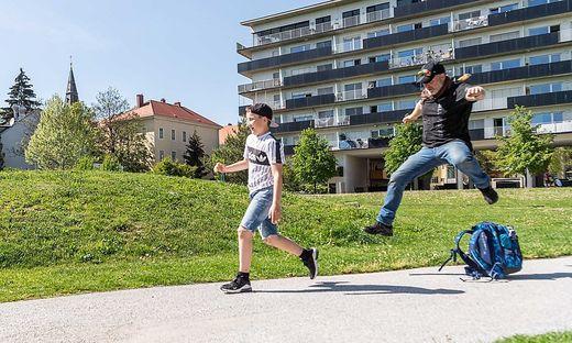 Schultasche als Stolperfalle: Maxi, Kinderreporter der Kleinen Kinderzeitung, hat mit Markus Schimpl trainiert