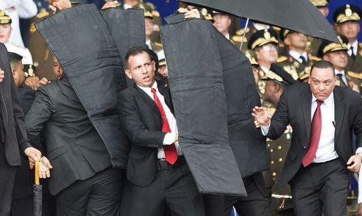 Sicherheitsleute versuchen Maduro zu schützen