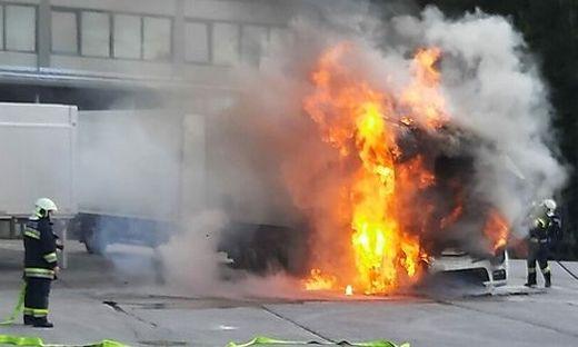 Am Parkplatz des Bären-Industrieparks ging der Lkw in Flammen auf