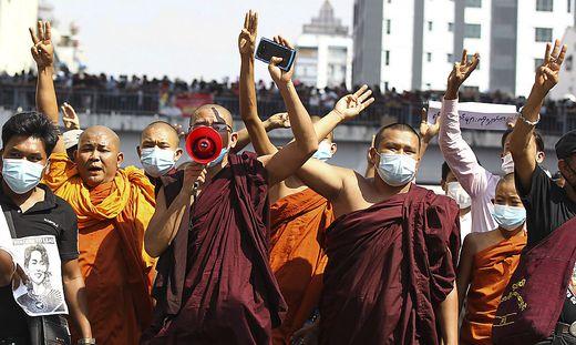 Mönche marschieren an der Spitze