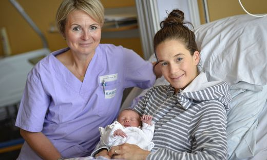 Sabrina Feichter mit Baby Greta und Hebamme Christina Kulle.