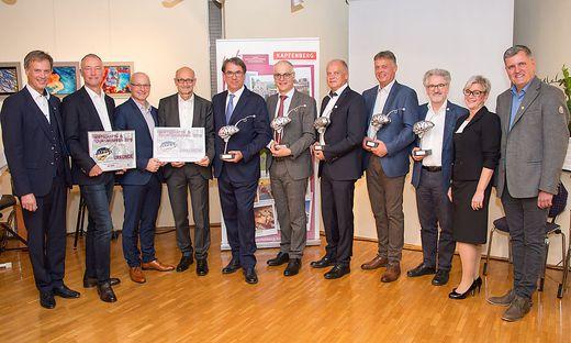 Die Preisträger mit ihren Laudatoren und Gratulanten