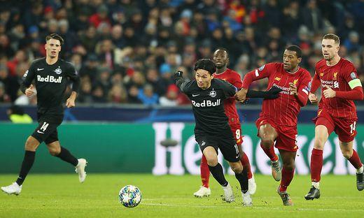 Takumi Minamino (rechts in schwarz) hat Interesse bei Liverpool geweckt