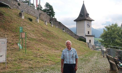 Stadtführer Gerd Prach vor dem Uhrturm auf dem Brucker Schlossberg