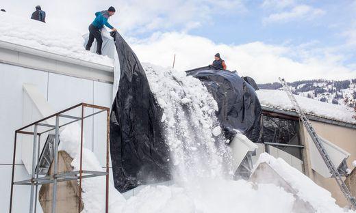 Schnee wurde zu schwer, Bauteile der Mehrzweckhalle waren beschädigt