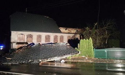 In Unterbergen deckte der Sturm das Dach eines Wirtschaftsgebäudes ab