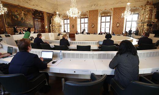 Landtag: Politiker müssen Abstand halten