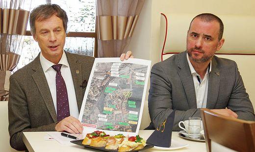 Bürgermeister Fritz Kratzer und Vize Erik Lasaridis präsentieren eine Grafik mit allen Ärzten im Zentrum