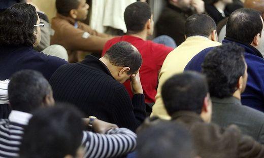 Etwa 100 Muslime treffen sich in der Moschee regelmäßig zum Gebet