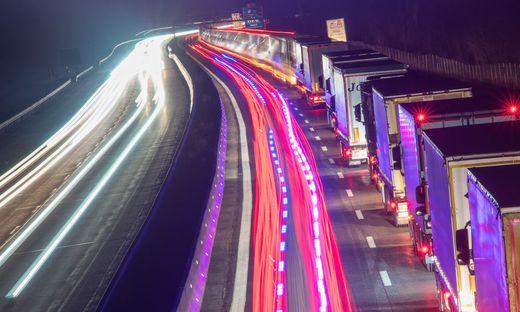 Blockabfertigung von Lastwagen auf der A93